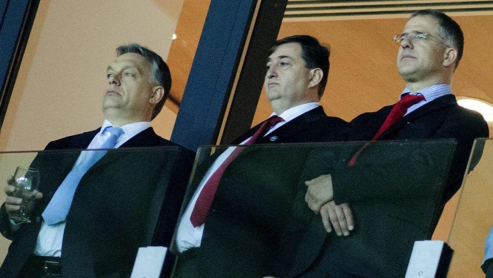 Kiemelt kép: Mészáros Lőrinc felcsúti polgármester (középen), Orbán Viktor (balra) miniszterelnök és Kósa Lajos, Debrecen fideszes polgármestere (jobbra) stadionavató ünnepségen 2014. május 1-jén. MTI Fotó: Czeglédi Zsolt
