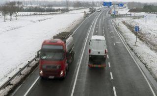 Rajka, 2018. február 8. M15-ös autóút Rajka határában 2018. február 8-án. Tizennégy és fél kilométer hosszan, 19,5 milliárd forint európai uniós és hazai költségvetési forrásból kétszer kétsávosra bõvítik 2020 tavaszára az M15-ös autóutat az M1-es autópálya és a magyar-szlovák határ között. MTI Fotó: Krizsán Csaba