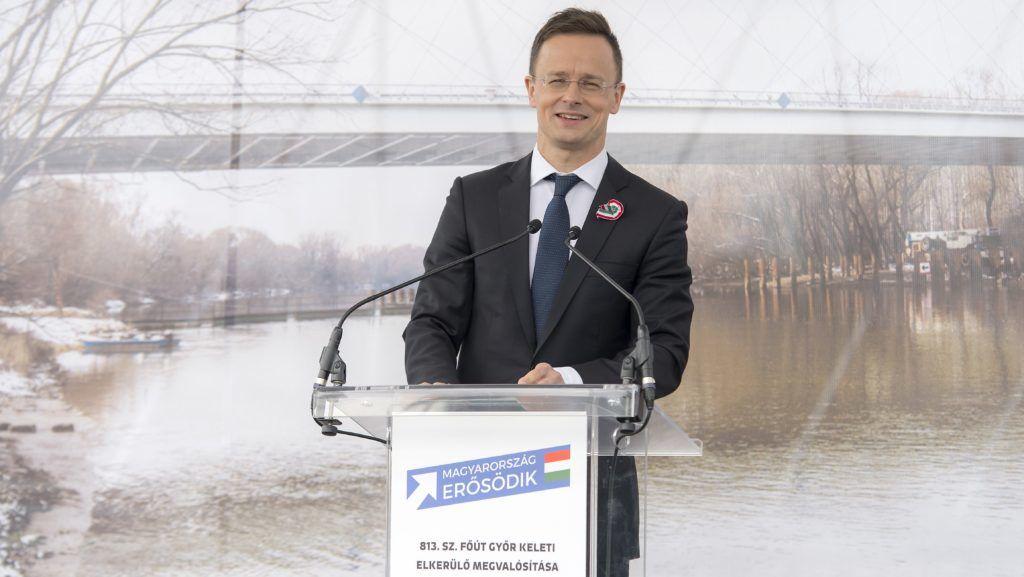 Gyõr, 2018. március 14. Szijjártó Péter külgazdasági és külügyminiszter beszédet mond a Gyõrt keleti irányból elkerülõ 813-as út utolsó, harmadik ütemben elkészült, 5,2 kilométer hosszú szakaszának átadásán Gyõr határában 2018. március 14-én. MTI Fotó: Krizsán Csaba