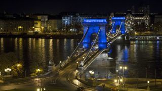 Budapest, 2017. november 19. A nemzetközi férfinap alkalmából kék fénnyel világították meg a Lánchíd pilléreit 2017. november 19-én. MTI Fotó: Lakatos Péter