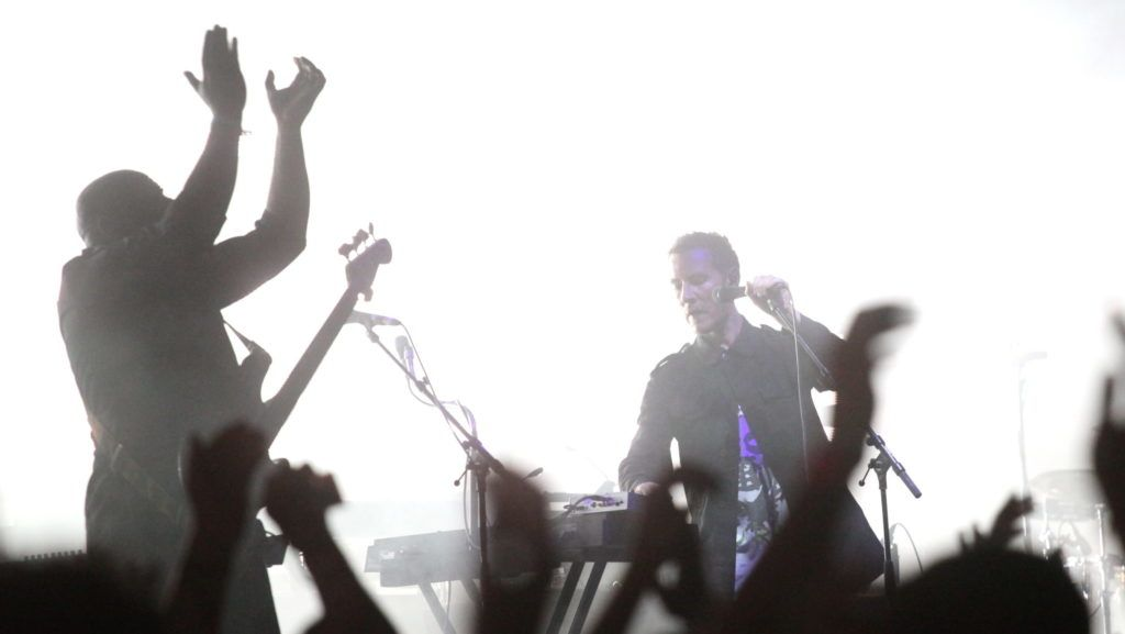 Sopron, 2010. július 4. Robert Del Naja, a brit Massive Attack együttes énekese szórakoztatja a közönséget a június 30. és július 3. között megrendezett 18. VOLT fesztiválon 2010. július 3-án este a soproni Lõvér kempingben. MTI Fotó: Mohai Balázs