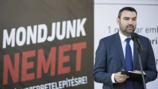 Budapest, 2016. május 7. Ifj. Lomnici Zoltán, a Civil Összefogás Fórum (CÖF) szóvivõje, a Civil Összefogás Közhasznú Alapítvány (CÖKA) közjogi kabinetjének vezetõje sajtótájékoztatót tart a fõvárosi Európa Pontnál 2016. május 7-én. A sajtótájékoztatót az Európai Bizottság javaslata kapcsán tartották, amelynek elfogadása esetén a tagállamoknak negyedmillió eurót kellene fizetniük minden be nem fogadott migráns után. MTI Fotó: Mohai Balázs