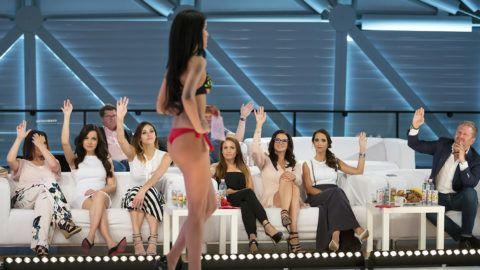 Budapest, 2016. június 11.Egy résztvevő a Magyarország szépe szépségverseny válogatóján a Bálna Budapest rendezvényközpontban 2016. június 11-én. Zsűri tagjai: a 2015-ös győztes Kiss Daniella modell (b2), a 2014-es győztes Kulcsár Edina modell, műsorvezető (b3), Borzi Vivien fotós (j4), Sarka Kata, a Magyarország Szépe Kft. ügyvezetője, a Nakama & Partners Kft. társtulajdonosa, Hajdú Péter televíziós műsorvezető felesége (j3) és Rogán Cecília, a Nakama & Partners Kft. ügyvezető igazgatója, Rogán Antal, a Miniszterelnöki Kabinetirodát vezető miniszter felesége (j2).MTI Fotó: Mohai Balázs