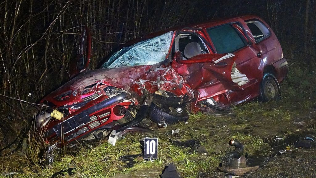 Szeged, 2018. március 8. Összeroncsolódott személyautó Szeged és Sándorfalva között 2018. március 8-án, miután a jármû frontálisan összeütközött egy másik autóval. A balesetben egy ember meghalt, ketten megsérültek. MTI Fotó: Donka Ferenc