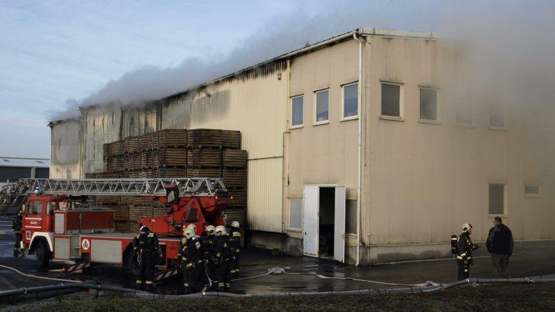 Makó, 2018. március 9. Tûzoltók Makón, az Ugar utca egyik ipartelepén, ahol kigyulladt egy raktárépület 2018. március 9-én. MTI Fotó: Donka Ferenc