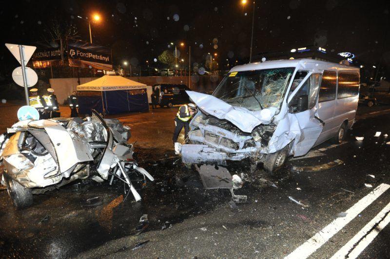 Budapest, 2018. március 30. Rendõr helyszínel egy összetört kisbusz mellett a Budaörsi úton 2018. március 30-án éjjel, ahol a busz egy személyautóval összeütközött. A balesetben két ember meghalt, öt gyermek és két felnõtt megsérült. MTI Fotó: Mihádák Zoltán