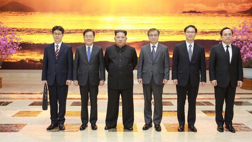 Phenjan, 2018. március 6. A dél-koreai elnöki hivatal által közreadott képen Kim Dzsong Un észak-koreai vezetõ (b3) fogadja a dél-koreai nemzetbiztonsági hivatal élén álló Csung Ej Jong (b2) vezette tízfõs küldöttség tagjait Phenjanban 2018. március 5-én. A Mun Dzse In dél-koreai elnököt képviselõ delegáció az esetleges béketárgyalásokat és az amerikai-észak-koreai közeledést igyekszik elõkészíteni az észak-koreai fõvárosban. Kim elõször fogadott dél-koreai tisztségviselõket. (MTI/EPA/Dél-koreai elnöki hivatal)