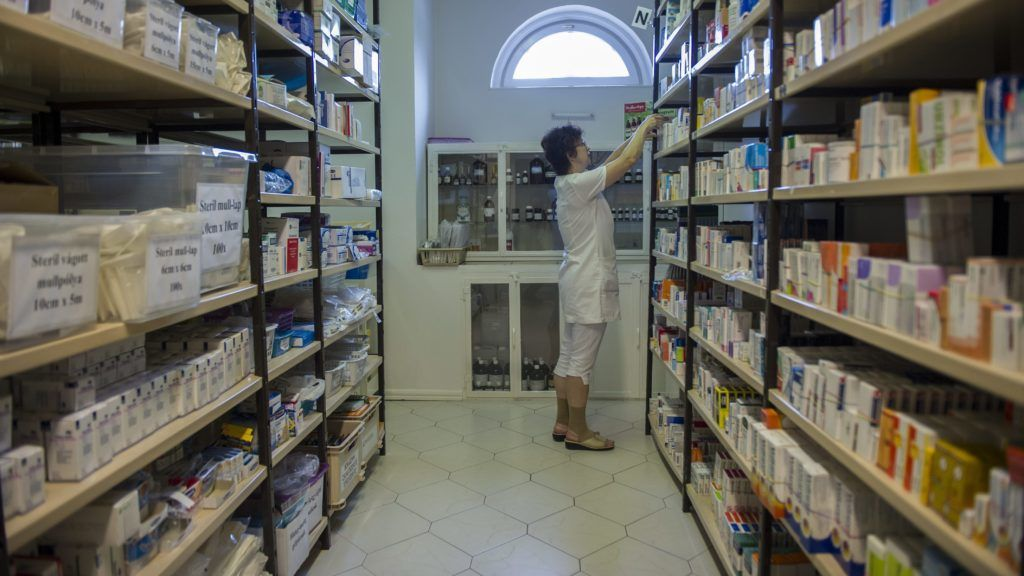 Orosháza, 2013. június 25. Gyógyszereket pakol egy szakasszisztens az orosházi Fehér Kígyó Gyógyszertár raktárában 2013. június 25-én. Egy rendeletmódosítás szerint a gyógyszertárak szaklétszámát 2013 szeptemberétõl a gyógyszertár nyitvatartási ideje, valamint a patikában befogadott vények száma határozná meg.ában dolgozó személyek minimális létszámát. MTI Fotó: Rosta Tibor