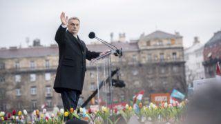 Budapest, 2018. március 15. Orbán Viktor miniszterelnök beszédéhez készül az 1848/49-es forradalom és szabadságharc emléknapja alkalmából rendezett díszünnepségen az Országház elõtti Kossuth Lajos téren 2018. március 15-én. MTI Fotó: Sóki Tamás