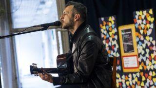 Budapest, 2015. május 24. Czutor Zoltán, a Belmondo együttes tagja lép fel a Mûvészek a Neptunért címmel az iskola tervezett megszüntetése ellen rendezett esten a XV. kerületi Neptun Általános Iskolában 2015. május 24-én. MTI Fotó: Szigetváry Zsolt
