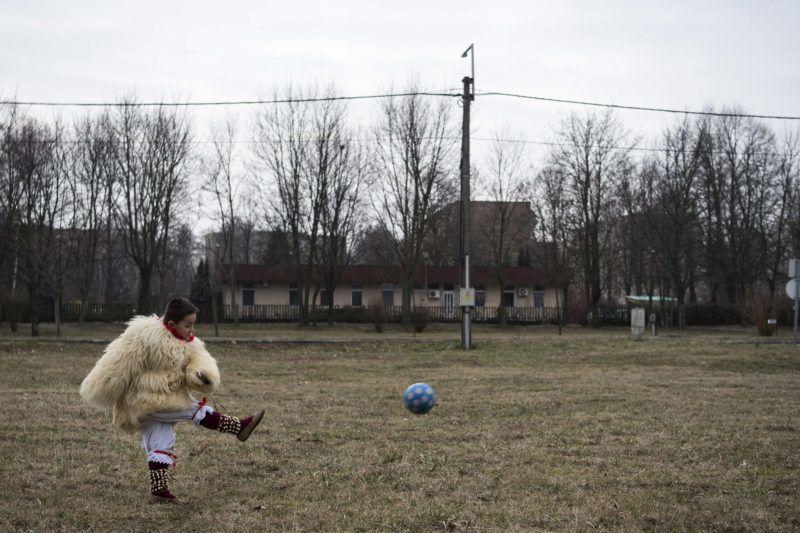 Mohács, 2018. február 11.Busójelmezbe öltözött kisfiú labdázik a Szent Flórián utcában a mohácsi busójárás negyedik napján, 2018. február 11-én.MTI Fotó: Szigetváry Zsolt