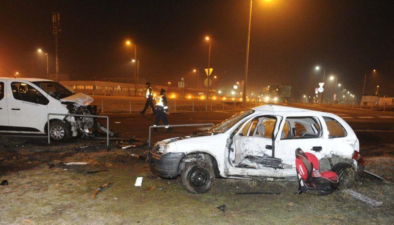 Budapest, 2018. március 8. Összetört személygépkocsi és mikrobusz a Liszt Ferenc-repülõtér 2-es termináljának felvezetõ útján2018. március 8-ára virradó éjjel. A balesetben egy ember meghalt. MTI Fotó: Mihádák Zoltán