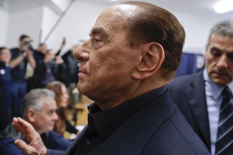 Milánó, 2018. március 4.Silvio Berlusconi volt olasz miniszterelnök, a Forza Italia (FI) párt vezetője érkezik egy milánói szavazóhelyiségbe 2018. március 4-én, a parlamenti választások napján. (MTI/AP/Luca Bruno)