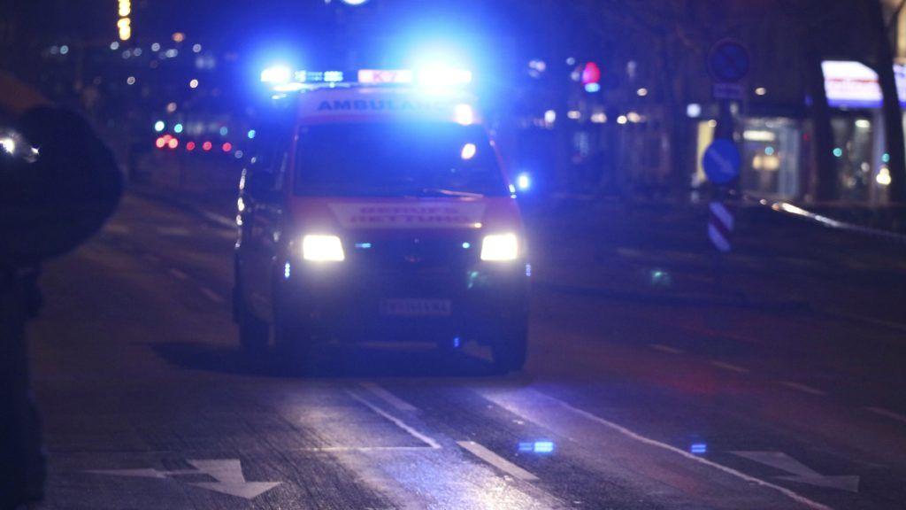 Bécs, 2018. március 7. Mentõautó egy bécsi utcán, miután egy késes támadó több embert megsebesített az osztrák fõvárosban. (MTI/AP/Ronald Zak)
