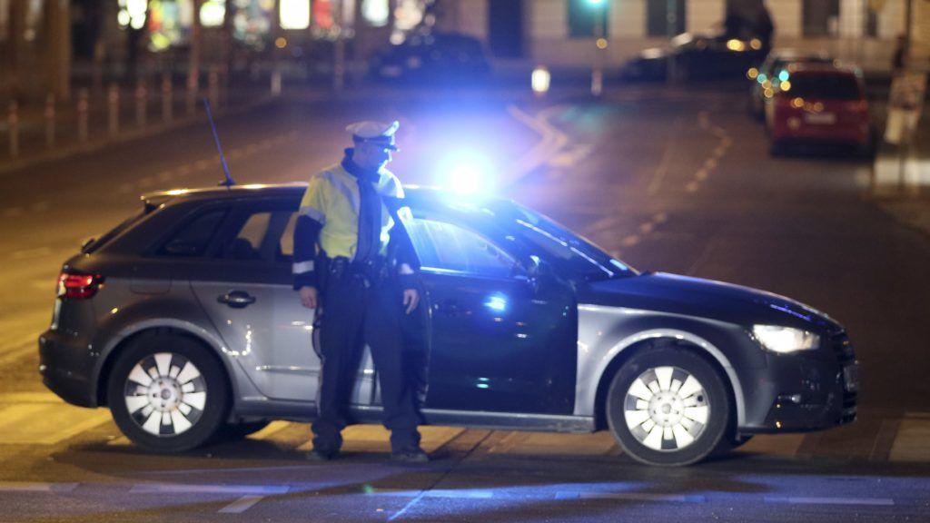 Bécs, 2018. március 7. Lezár egy bécsi utcát egy rendõr, miután egy késes támadó több embert megsebesített az osztrák fõvárosban. (MTI/AP/Ronald Zak)