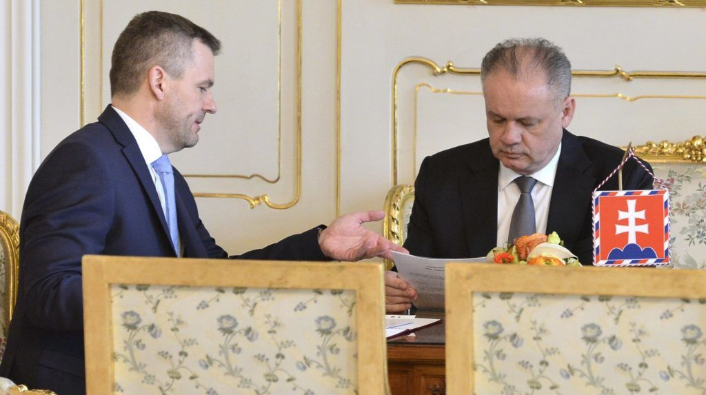 Pozsony, 2018. március 15. Andrej Kiska szlovák elnök fogadja Peter Pellegrini szlovák miniszterelnök-helyettest Pozsonyban 2018. március 15-én, miután lemondott Robert Fico miniszterelnök. (MTI/AP/TASR/Martin Baumann)
