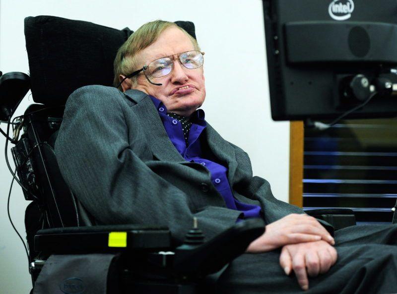 London, 2013. április 30. Stephen Hawking brit elméleti fizikus, csillagász elõadást tart a Lélegezni az Egyesült Királyságban címû jótékonysági rendezvényen Londonban 2013. április 30-án. Stephen Hawking 1962 óta szenved a fokozatos idegsorvadással járó Lou Gehrig-féle betegségben. (MTI/EPA/Facundo Arrizabalaga)