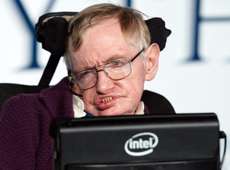London, 2014. december 9. Stephen Hawking brit elméleti fizikus, csillagász az életérõl szóló, A mindenség elmélete (The Theory of Everything) címû film bemutatóján Londonban 2014. december 9-én. (MTI/EPA/Facundo Arrizabalaga)