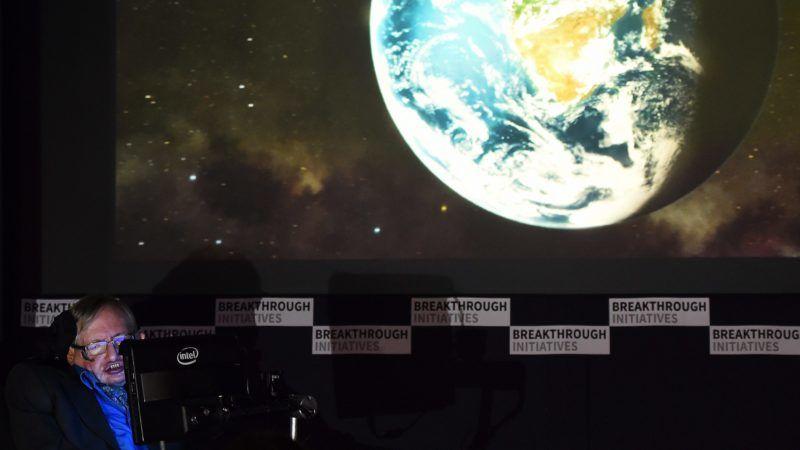 London, 2015. július 20. Stephen Hawking brit tudós a Jurij Milner orosz milliárdossal közös tudományos kezdeményezését bejelentõ sajtókonferencián Londonban 2015. július 20-án. Milner 100 millió dollárt ajánlott fel arra, hogy civilizált életformát leljenek fel az univerzumban. A feladathoz maga választott ki tudósokat, az egyikük Hawking. (MTI/EPA/Andy Rain)