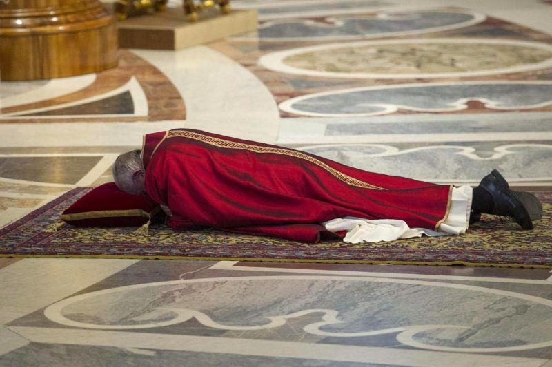 Vatikánváros, 2016. március 25.Ferenc pápa a földön fekve imádkozik nagypénteki igeliturgiáján a vatikáni Szent Péter-bazilikában 2016. március 25-én. (MTI/EPA pool/Giorgio Onorati)