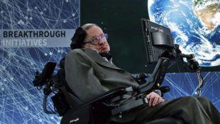 New York, 2016. április 12.Stephen Hawking brit elméleti fizikus, csillagász a Jurij Milner orosz milliárdossal közös tudományos kezdeményezésüket, a Breakthrough Starshot-ot népszerűsítő sajtótájékoztatón a New York-i One World Trade Centerben 2016. április 12-én. Milner 100 millió dollárt ajánlott fel arra, hogy civilizált életformát leljenek fel az univerzumban, a fizikusnak tanult orosz milliárdos a feladathoz maga választott ki tudósokat, az egyikük Hawking. (MTI/EPA/Jason Szenes)