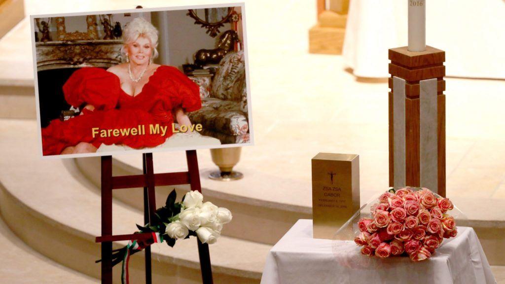 Beverly Hills, 2016. december 31. Gábor Zsazsa magyar származású színésznõ hamvait tartalmazó urna egy csokor rózsa mellett a Beverly Hills-i Good Shepherd templomban tartott gyászszertartáson 2016. december 30-án. Az egykori hollywoodi filmcsillag 2016. december 18-án, 99 éves korában hunyt el Los Angeles-i otthonában. A díva hamvait Budapesten helyezik örök nyugalomra. (MTI/EPA/Mike Nelson)