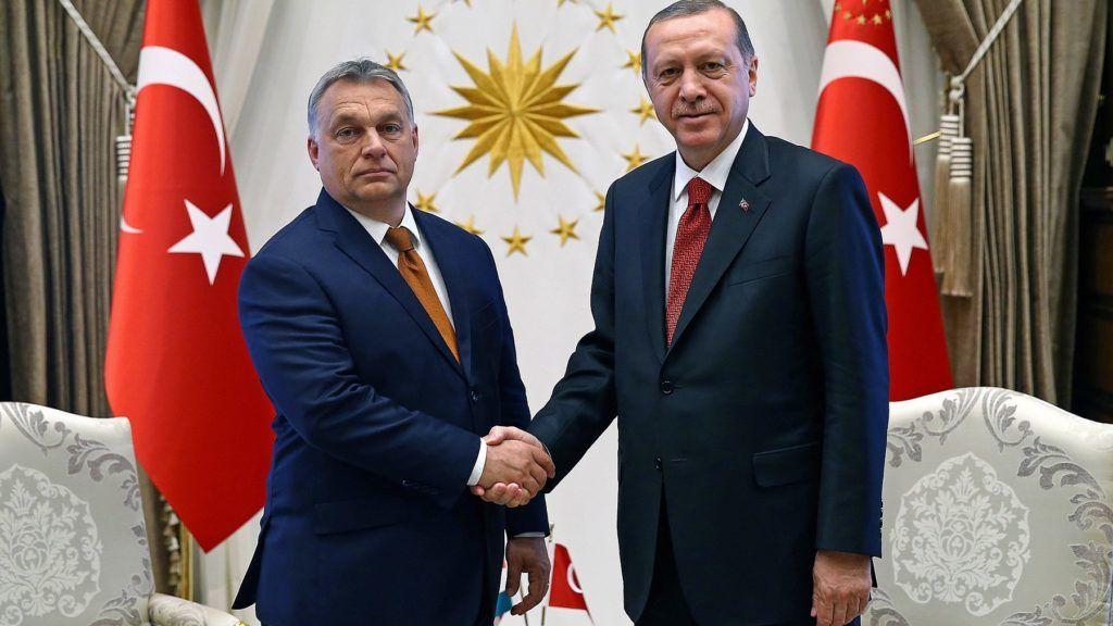 Ankara, 2017. június 30. A török elnöki hivatal sajtóirodája által közreadott képen Recep Tayyip Erdogan török államfõ (j) és Orbán Viktor miniszterelnök kezet fog Ankarában 2017. június 30-án. (MTI/EPA/A török elnöki hivatal sajtóirodája)
