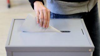 Hannover, 2017. október 15. Szavazóurnába dobja szavazatát egy nõ az alsó-szászországi parlamenti választáson Hannoverben 2017. október 15-én. (MTI/EPA/Friedemann Vogel)