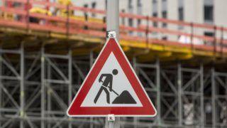 Berlin, 2017. november 2. Építkezési területet jelzõ tábla Berlinben 2017. november 2-án. A német Szövetségi Munkaügyi Hivatal, a BA nyilvántartása szerint a munkanélküliek száma Németországban 2017 októberében 2.389.000 volt, 151 ezerrel kevesebb, mint az elõzõ év azonos idõszakában. (MTI/EPA/Omer Messinger)