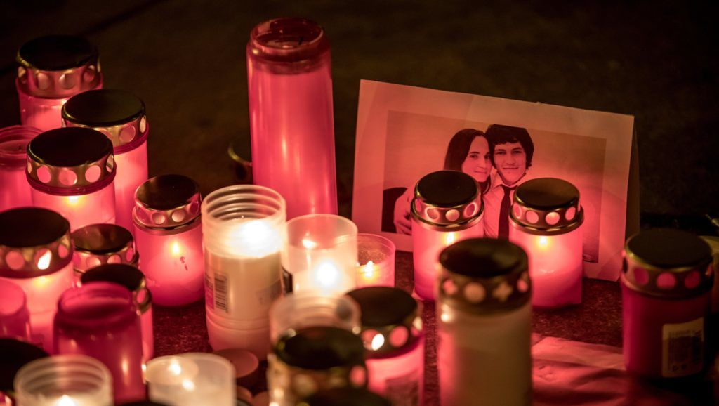 Prága, 2018. február 26. Mécsesek égnek Ján Kuciak szlovák tényfeltáró újságíró és élettársa fényképe mellett egy rögtönzött emlékhelyen, Prágában 2018. február 26-án. A 27 éves Kuciak és barátnõje holttestét az elõzõ éjjel találták meg a szlovákiai Nagymácséd (Velka Maca) falubeli otthonukban. A párt agyonlõtték, a bûntényt feltehetõleg Kuciak tevékenységével összefüggésben követték el. (MTI/EPA/Martin Divisek)