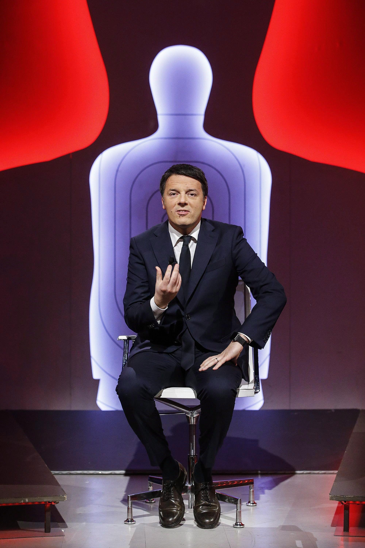 Róma, 2018. február 28. Matteo Renzi volt olasz miniszterelnök, a Demokrata Párt (PD) fõtitkára és kormányfõjelöltje a La7 televíziócsatorna Bersaglio Mobile címû politikai mûsora felvételén egy római stúdióban 2018. február 28-án. Olaszországban március 4-én rendeznek parlamenti választásokat. (MTI/EPA/Fabio Frustaci)