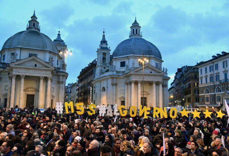 Róma, 2018. március 2. Támogatók a Luigi Di Maio vezette Öt Csillag Mozgalom (M5S) ellenzéki párt kampányrendezvényén Rómában 2018. március 2-án, két nappal az olasz parlamenti választások elõtt. (MTI/EPA/Ettore Ferrari)