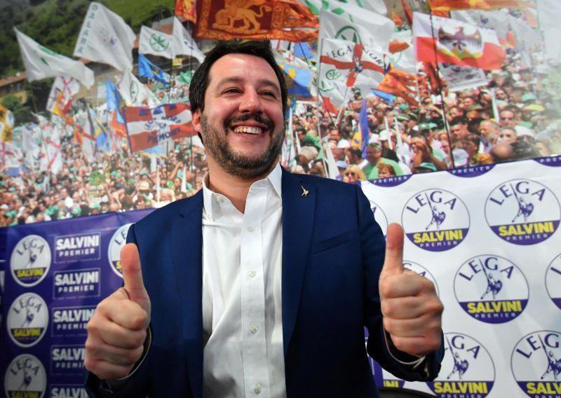 Milánó, 2018. március 5. Matteo Salvini, a radikális jobboldali Északi Liga vezetõje sajtótájékoztatót tart pártjának milánói székházában az olasz parlamenti választások után, a 2018. március 5-én. (MTI/EPA/Daniel Dal Zennaro)