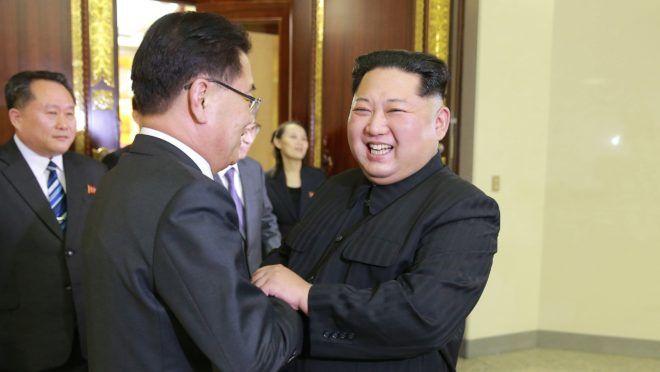 Phenjan, 2018. március 6. A KCNA észak-koreai hírügynökség által közreadott képen Kim Dzsong Un észak-koreai vezetõ (j) fogadja a dél-koreai küldöttség élén álló Csung Ej Jongot, a nemzetbiztonsági hivatal vezetõjét  Phenjanban 2018. március 5-én. A Mun Dzse In dél-koreai elnököt képviselõ tízfõs delegáció az esetleges béketárgyalásokat és az amerikai-észak-koreai közeledést igyekszik elõkészíteni az észak-koreai fõvárosban. Kim elõször fogadott dél-koreai tisztségviselõket. (MTI/EPA/Dél-koreai elnöki hivatal)