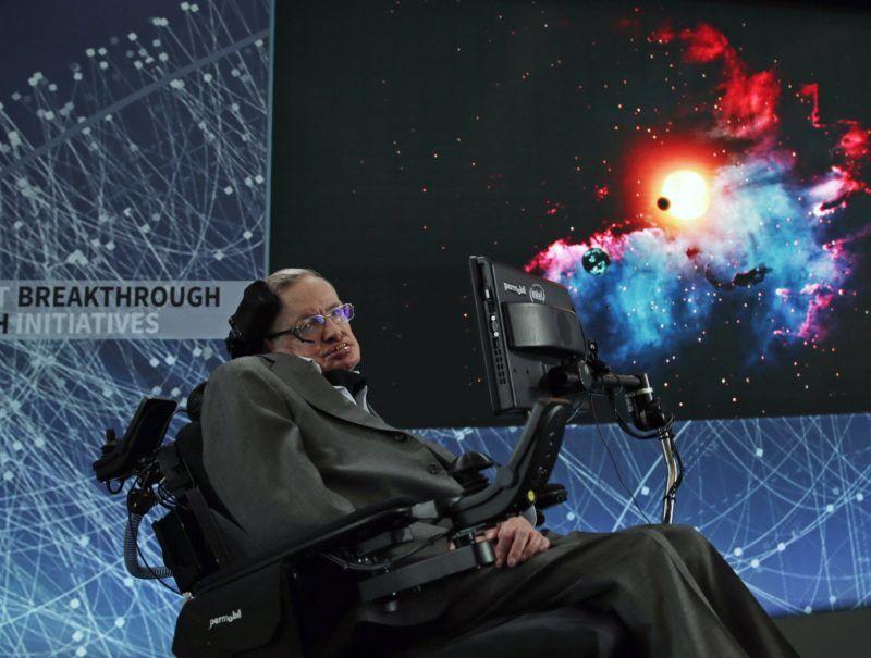 New York, 2018. március 14. 2016. április 12-én New Yorkban készített kép Stephen Hawking brit fizikusról, aki 2018. március 14-én, 76 éves korában elhunyt. (MTI/EPA/Jason Szenes)
