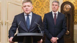 Pozsony, 2018. március 14. Robert Fico szlovák miniszterelnök sajtótájékoztatót tart Bugár Béla, a Most-Híd szlovák-magyar vegyes párt elnöke jelenlétében a pozsonyi kormánypalotában 2018. március 14-én. Fico bejelentette, hogy bizonyos feltételekkel kész lemondani a kormányfõi tisztségrõl. Ezek a feltételek, hogy Andrej Kiska államfõ elfogadja, hogy a választásokon gyõztes párt, az Irány - Szociáldemokrácia (Smer-SD) dönt a kormány összetételérõl, elfogadja a miniszterelnök lemondását követõen megalakuló kormányt, illetve szavatolja, hogy a hárompárti koalíció tovább mûködhessen. (MTIEPA/Jakub Gavlak)