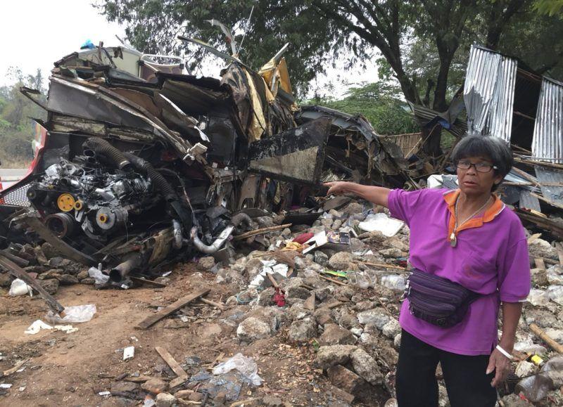 Nakhon Ratchasima, 2018. március 22. Falusi nõ mutatja a balesetet szenvedett turistabusz roncsát a Thaiföld északkeleti trészén fekvõ Nakhon Ratchasima tartományban 2018. március 22-én, miután a jármû feltehetõen fékhiba miatt beleszaladt egy traktorba. A balesetben legkevesebb tizennyolc ember életét vesztette, több mint háromtucatnyian megsérültek. (MTI/EPA)