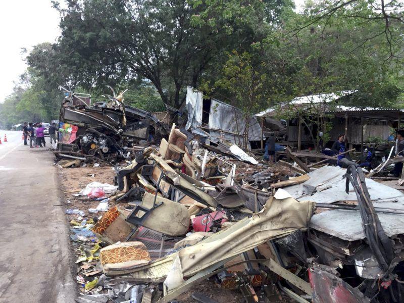 Nakhon Ratchasima, 2018. március 22. Turistabusz roncsa a Thaiföld északkeleti trészén fekvõ Nakhon Ratchasima tartományban 2018. március 22-én, miután a jármû feltehetõen fékhiba miatt beleszaladt egy traktorba. A balesetben legkevesebb tizennyolc ember életét vesztette, több mint háromtucatnyian megsérültek. (MTI/EPA)