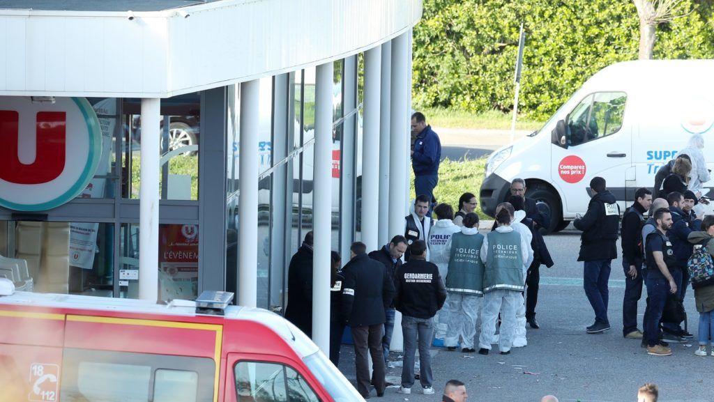 Trebes, 2018. március 23. Rendõrök és igazságügyik szakértõk helyszínelnek a Super U szupermarket épületénél a dél-franciaországi Carcassonne-tól keletre fekvõ Trebes településen, ahol legkevesebb két ember életét vesztette, amikor 2018. március 23-án egy fegyveres túszokat ejtett az üzletben. A rendõrök lelõtték a túszejtõt, aki elsáncolta magát egy csendõrtiszttel. A gyanúsított azt állította, hogy az Iszlám Állam (IA) terrorszervezethez tartozik. (MTI/EPA/Sebastian Nogier)
