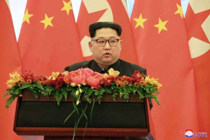 Peking, 2018. március 28. A KCNA észak-koreai hírügynökség által 2018. március 28-án közreadott dátummegjelölés nélküli képen Kim Dzsong Un észak-koreai vezetõ, a kommunista Koreai Munkapárt elsõ titkára beszél Pekingben. Kim Dzsong Un március 25. és 28. között háromnapos nem hivatalos látogatást tett a kínai fõvárosban.(MTI/EPA/KCNA)
