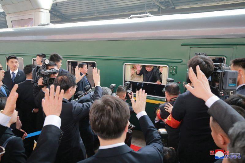 Peking, 2018. március 28. A KCNA észak-koreai hírügynökség által 2018. március 28-án közreadott dátummegjelölés nélküli képen Kim Dzsong Un észak-koreai vezetõ, a kommunista Koreai Munkapárt elsõ titkára (k) és felesége, Zsi Szol Dzu integet egy vonatablakból Pekingben. Kim Dzsong Un március 25. és 28. között háromnapos nem hivatalos látogatást tett a kínai fõvárosban. (MTI/EPA/KCNA)