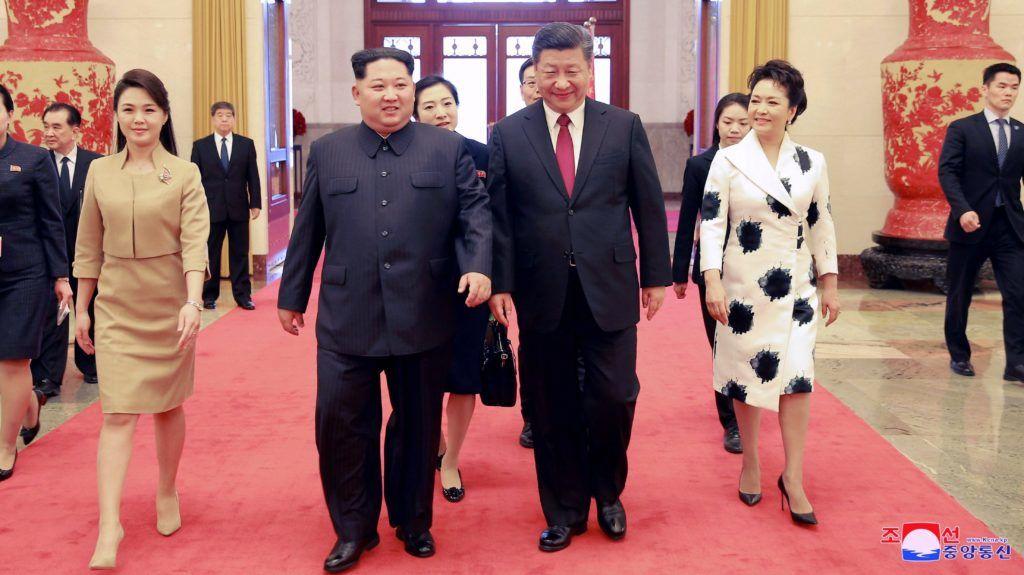 Peking, 2018. március 28. A KCNA észak-koreai hírügynökség által 2018. március 28-án közreadott dátummegjelölés nélküli képen Kim Dzsong Un észak-koreai vezetõt, a kommunista Koreai Munkapárt elsõ titkárát (b2) és feleségét, Zsi Szol Dzút (b) fogadja Hszi Csin-ping kínai államfõ (j2) és felesége, Peng Li-jüan Pekingben. Kim Dzsong Un március 25. és 28. között háromnapos nem hivatalos látogatást tett a kínai fõvárosban. (MTI/EPA/KCNA)