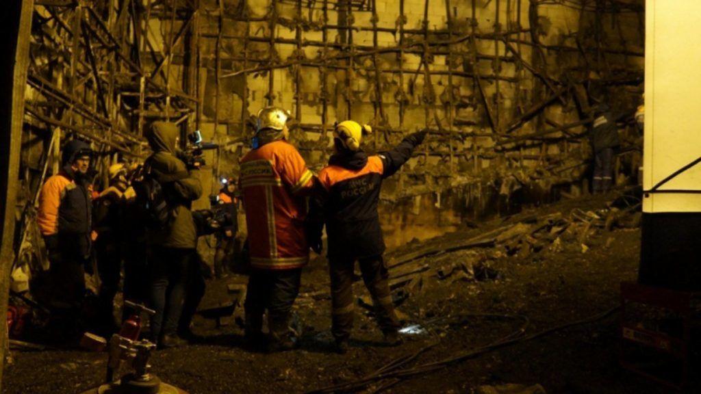 Kemerovo, 2018. március 28. A rendkívüli helyzetek orosz minisztériuma által 2018. március 28-án közreadott kép tûzoltókról a leégett Zimnyaja Visnya bevásárlóközpont belsejében a nyugat-szibériai Kemerovóban március 27-én. A március 25-én bekövetkezett tûzvészben hatvannégy ember, köztük negyvenegy gyermek életét vesztette, negyvennyolcan megsérültek. (MTI/EPA/Rendkívüli helyzetek orosz minisztériuma)