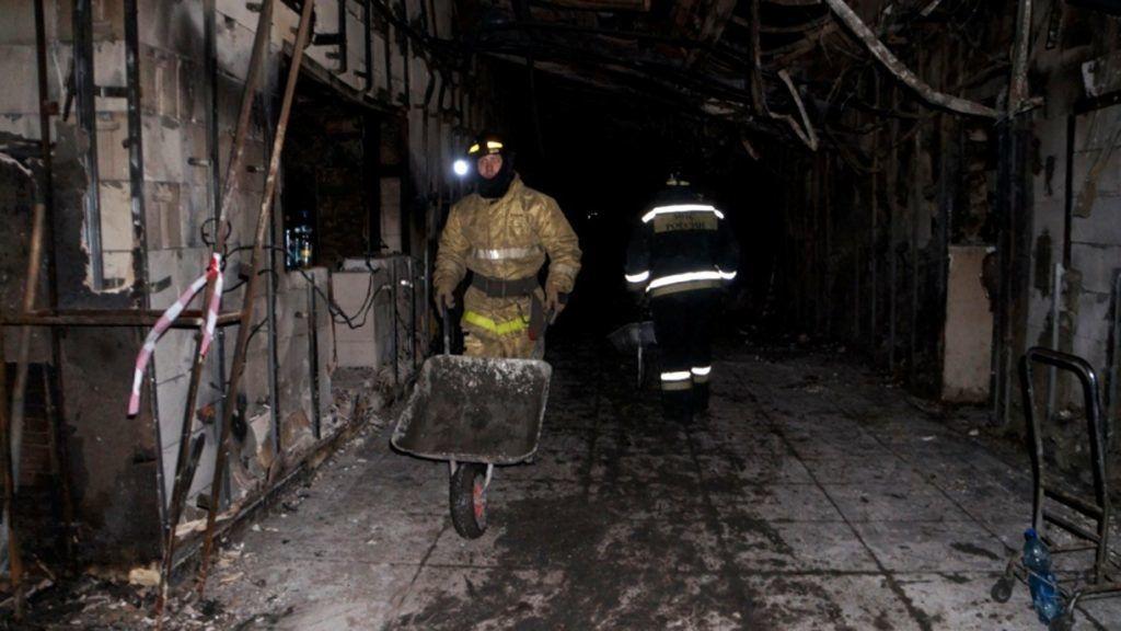 Kemerovo, 2018. március 28. A rendkívüli helyzetek orosz minisztériuma által 2018. március 28-án közreadott kép mentõmunkásokról a leégett Zimnyaja Visnya bevásárlóközpont belsejében a nyugat-szibériai Kemerovóban március 27-én. A március 25-én bekövetkezett tûzvészben hatvannégy ember, köztük negyvenegy gyermek életét vesztette, negyvennyolcan megsérültek. (MTI/EPA/Rendkívüli helyzetek orosz minisztériuma)