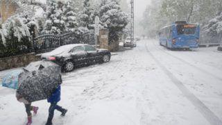 Budapest, 2017. április 19. Elakadt autóbusz a havazás miatt járhatatlanná vált Eötvös úton, a Normafa közelében 2017. április 19-én. MTI Fotó: Demecs Zsolt