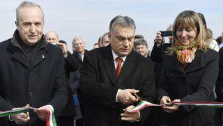 Várpalota, 2018. március 9. Orbán Viktor miniszterelnök (k), Kontrát Károly, a Belügyminisztérium parlamenti államtitkára és Campanari-Talabér Márta polgármester átvágja a nemzeti színû szalagot a 8-as számú fõút Várpalotát elkerülõ szakaszának ünnepélyes átadásán 2018. március 9-én. MTI Fotó: Koszticsák Szilárd