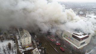 Kemerovo, 2018. március 25. A rendkívüli helyzetek orosz minisztériuma által közreadott képen sûrû füst csap fel a Zimnyaja Visnya nevû többszintes bevásárlóközpontból, amely kigyulladt a nyugat-szibériai Kemerovóban 2018. március 25-én. A tûzesetben három gyerek és egy nõ meghalt, 26-an orvosi ellátásra szorultak. (MTI/AP/Rendkívüli helyzetek orosz minisztériuma)