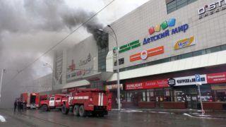 Kemerovo, 2018. március 25. A rendkívüli helyzetek orosz minisztériuma által közreadott képen tûzoltóautók állnak a füstölõ Zimnyaja Visnya nevû többszintes bevásárlóközpontnál, amely kigyulladt a nyugat-szibériai Kemerovóban 2018. március 25-én. A tûzesetben három gyerek és egy nõ meghalt, 26-an orvosi ellátásra szorultak. (MTI/EPA/Rendkívüli helyzetek orosz minisztériuma)