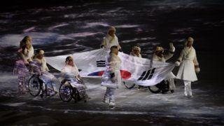 Phjongcshang, 2018. március 9. A Nemzetközi Olimpiai Bizottság olimpiai információs szolgálata által közreadott képen Dél-Korea zászlaja érkezik a phjongcshangi téli paralimpia megnyitójára az olimpiai stadionban 2018. március 9-én. A XII. téli paralimpiai játékokat március 9. és 18. között rendezik. (MTI/EPA/IOC/OIS/Joel Marklund)