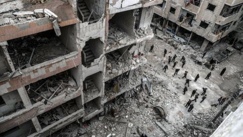 Dúma, 2018. február 22. Szíriai civilek épülettörmeléket takarítanak egy útról a felkelõk uralta kelet-gútai Dúma városban 2018. február 22-én, a szíriai kormánnyal szövetséges erõk újabb légicsapásai után. A kelet-gútai térséget ezen a napon ért légi- és tüzérségi támadások halálos áldozatainak száma 46-ra emelkedett. (MTI/EPA/Mohamed Badra)